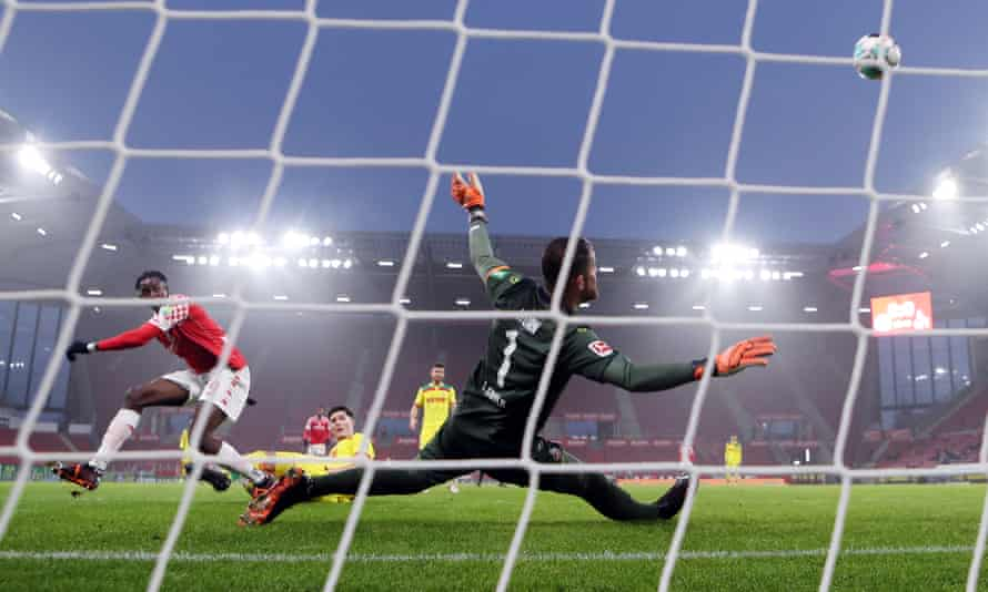 Jean-Philippe Mateta takes a shot for Mainz against Cologne.
